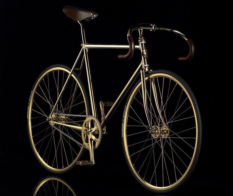 6c3f3f16aa55 3. hely: Trek Madone a KAWS - sport kerékpár, amelynek megkülönböztető  jegyei a fehér fogak a teljes testen és mindkét keréken. A szokatlan design  szerzője ...