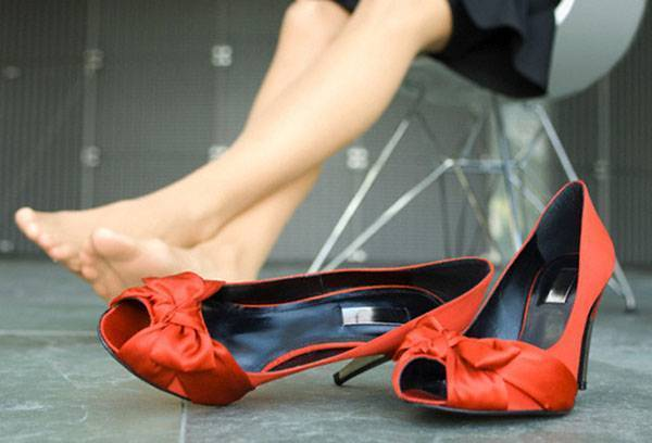 How to carry shoes that rubs the heel: better ways