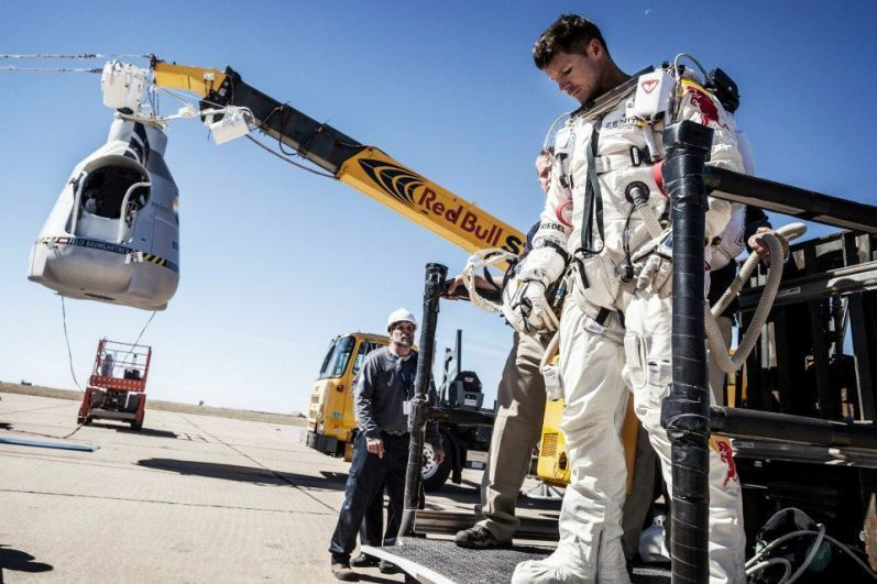 The highest jump with a parachute( project Red Bull Stratos).Photo and video